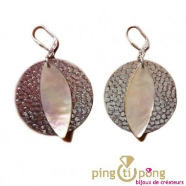 Boucles en métal argenté martelé et nacre rosée