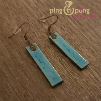 Boucles d'oreilles longues en céramique et émail bleu ciel de C. ALLOING
