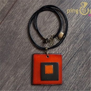 Collier triple carré artisanal en céramique émaillée orange