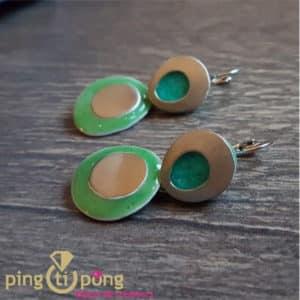 Bijoux originaux : Boucles pendantes en métal martelé et émail PINGTIPONG