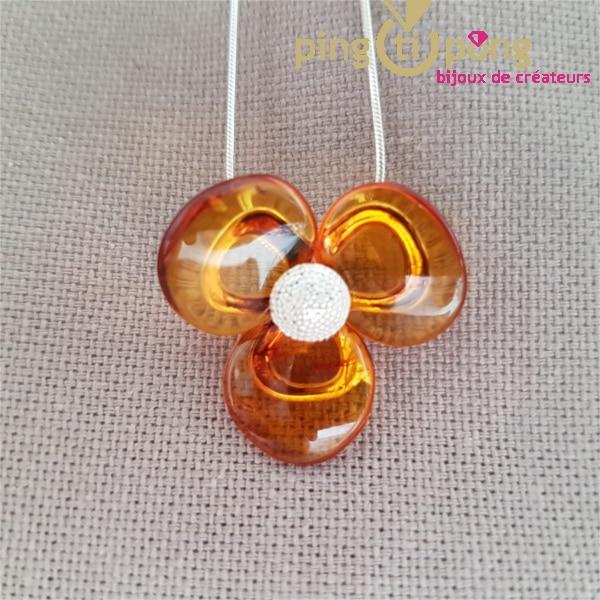 Bijou ambre : fleur en ambre cognac sur chaine serpent en argent de Balticambre