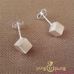 Bijoux en argent : Boucles grands cubes argent 925 brossé de KELIM Design
