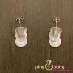 Boucles d'oreilles pendantes 3 pétales du créateur Kelim Design en argent brossé-0