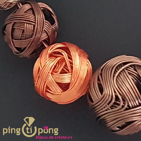 Bijou fantaisie : collier de pelotes de métal vernis de Pingtipong