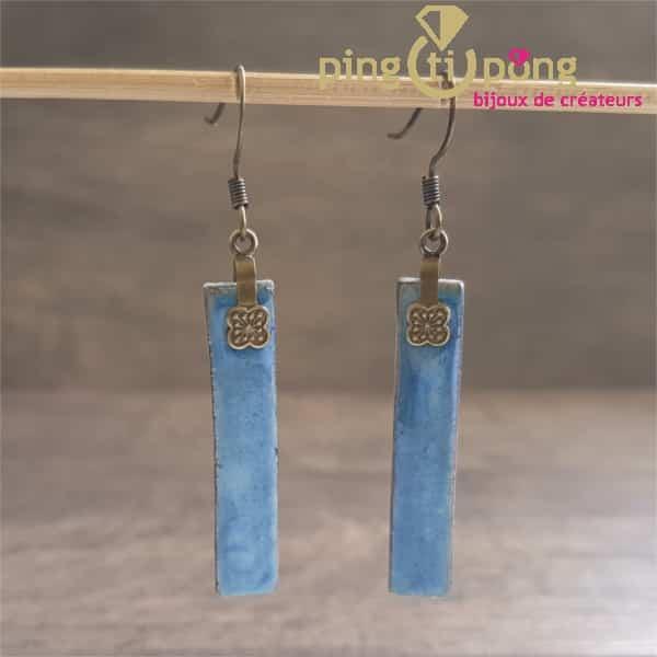 Bijoux originaux : Boucles en céramique émaillée bleu métal de C. ALLOING