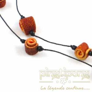 détail d'un collier en peau d'orange et coton couleur orange