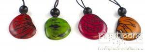 4 noix de tagua taillées et teintes montées en collier et réglables en longueur