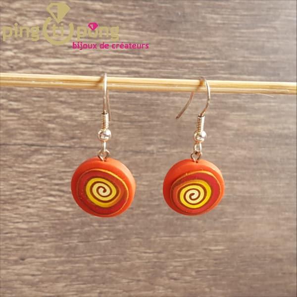 Boucles fantaisie : spirale en fimo orange de Pastacuita