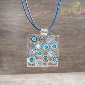 Bijou de créateur : Collier motif vintage en argent et résine bleu de PASTACUITA