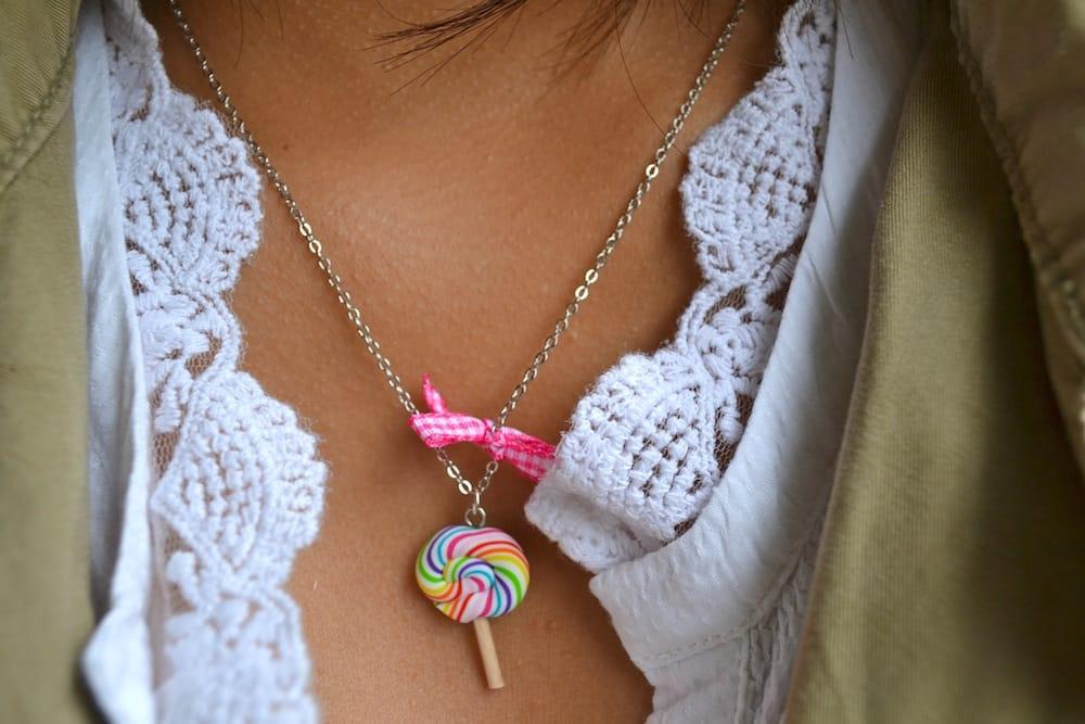 Détail du collier bonbon sucette multicolore portée par Léna