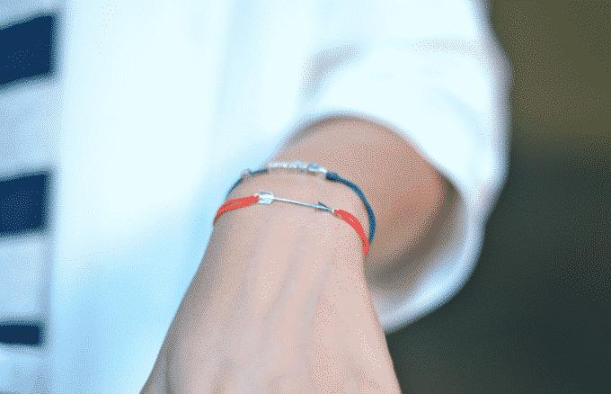 Clémentine porte un bijou de L by L'AVARE rouge avec flèche en argent