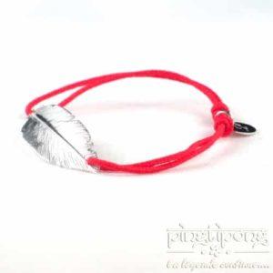 Bracelet rouge en fil de coton et argent de L'AVARE, plume en argent massif rhodié.