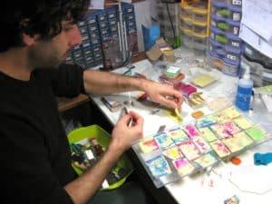 Mariano créateur de la marque Pastacuita en train de créer des bijoux en pâte Fimo