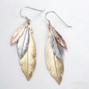 Boucles d'oreilles comportant 3 plumes en argent plaquées de 3 couleurs différentes : rhodium, or et or rose - bijoux L'AVARE