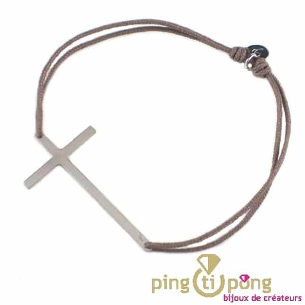Bracelet grande croix en argent sur lien taupe de L'avare