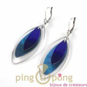 bijoux en nacre-boucles d'oreilles en nacre bleu clair et bleu foncé de La petite Sardine forme pétale