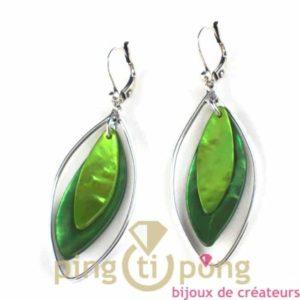 bijoux en nacre-boucles d'oreilles en nacre verte claire et verte foncée de La petite Sardine forme pétale