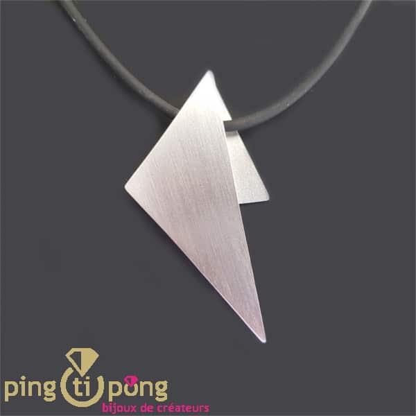 Motif collier triangle en argent et silicone noir de KELIM Design