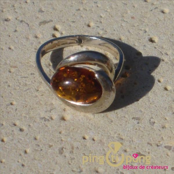 Bague spirale en argent et ambre de Balticambre en extérieur