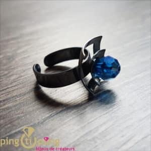 Bijou original : Bague en argent noirci et cristal de Swarovski bleu de OSTROWSKI Design