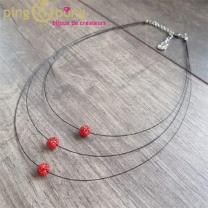 Bijou fantaisie : collier trois brins et perles strass rouges de Pingtipong