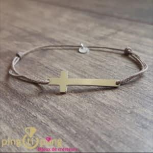 Bijou en argent : Croix en argent rhodié et lacette taupe de O. LAFOND