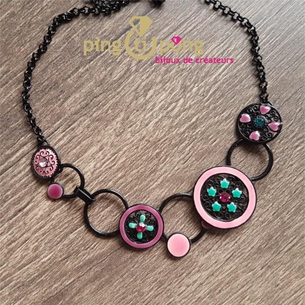 Bijou original : collier e métal émaillé de Pingtipong
