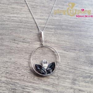 Bijou original : Collier en argent rhodié et fleur de lotus en cristal noir de SPARK