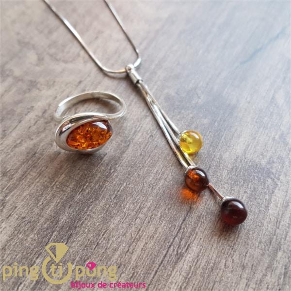 Composition de deux bijoux en argent et ambre : collier et bague de Balticambre