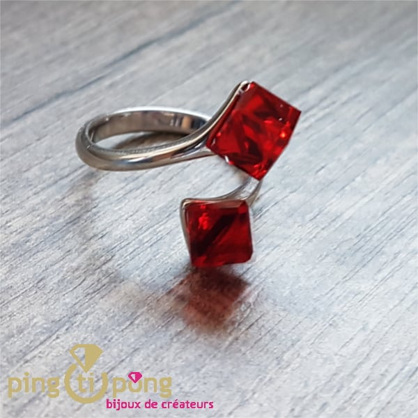 Bijou artisanal : Bague en argent et cubes en cristal rouge de SPARK